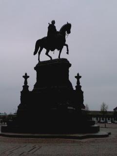 http://www.missingno.de/bilder/blog/dresden/di_statue.jpg